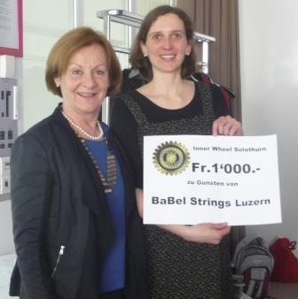 Übergabe des Checks an Graziella Carlen durch Ruth Scheidegger